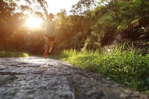 athlète coureur courir sur sentier forestier.