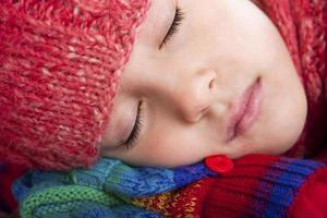 automne-fille avec les yeux fermés photo