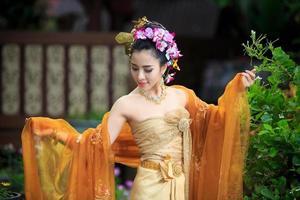 femme thaïlandaise en costume traditionnel photo
