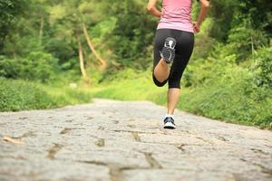athlète coureur courir sur le sentier de montagne. photo