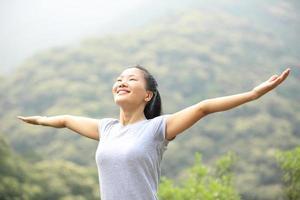 acclamations randonnée femme bras ouverts au sommet de la montagne photo