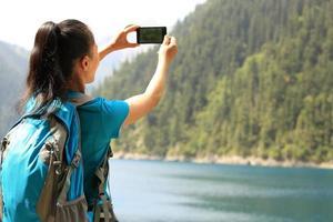 touriste femme, prendre photo, à, téléphone intelligent