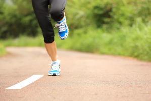 jambes d'athlète coureur photo