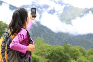 randonneur femme, prendre photo, à, téléphone portable