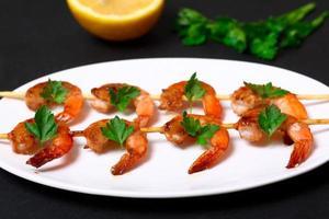 crevettes sur les brochettes photo