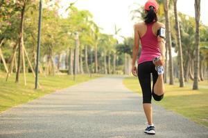 athlète coureur étirement des jambes photo