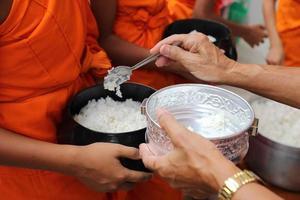faire un don, fidèle, faire l'aumône à un moine bouddhiste, asie, thaïlande photo