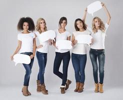 femmes sérieuses de différentes nationalités tenant des bulles photo