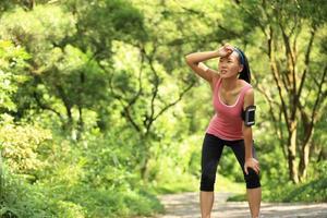 coureur femme fatiguée se reposer après avoir couru dur photo