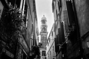 clocher de l'église dans la vieille partie de la ville bw photo