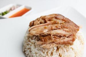 cuisse de porc avec du riz isolé sur fond blanc