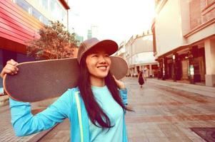 jeune femme, skateur, sur, rue photo