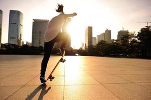 planche à roulettes femme sautant photo