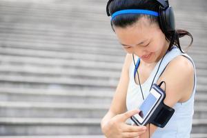 femme, écouter musique, dans, écouteurs, depuis, téléphone intelligent, mp3 photo