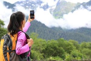 randonneur femme, prendre photo, à, téléphone portable photo
