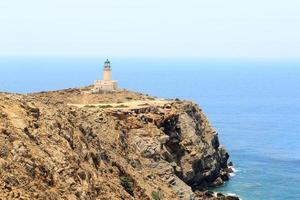 vieux phare sur la péninsule de prasonisi à rhodes, grèce photo