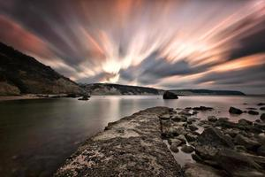 jetée de pierre au coucher du soleil