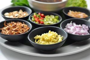 la nourriture thaïe enveloppée dans des feuilles comprend de nombreuses épices sauce chili photo