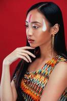 beauté jeune fille asiatique avec maquillage comme pocahontas photo