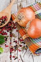 oignons frais, grains de poivre et feuilles de laurier photo