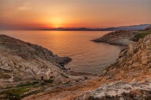 lever du soleil à ile rousse en corse photo