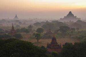 temples de bagan en début de matinée. myanmar (birmanie).
