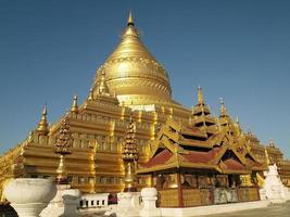 pagode shwezigon, bagan myanmar photo
