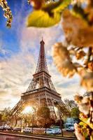 tour eiffel au printemps à paris, france photo