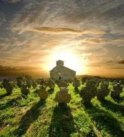 Cimetière de l'église au coucher du soleil, Serbie
