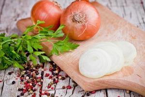 oignons frais, persil et grains de poivre photo