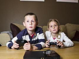 frères et sœurs, jouer à des jeux vidéo photo