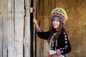femme tribu mhong hill habillée de façon traditionnelle photo