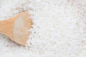 riz sur une cuillère en bois