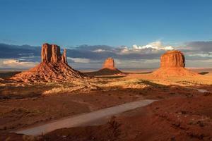 Trois roches dans le désert, Monument Valley, Utah, Arizona, USA