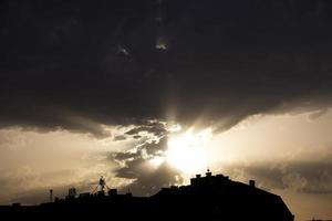 silhouettes de la ville pendant le coucher du soleil photo