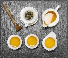 théière et tasses blanches. cérémonie traditionnelle du thé chinois photo