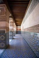 colonnade dans le bâtiment de ben youssef à marrakech, maroc