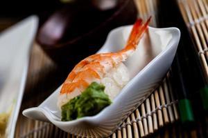 ensemble de sushis japonais frais photo