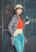 belle jeune fille hipster avec appareil photo rétro
