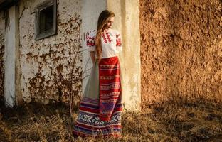 Jeune femme en costume d'origine nationale slave biélorusse à l'extérieur photo