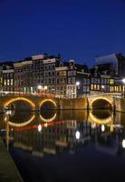 Vue de nuit sur la ville d'Amsterdam, aux Pays-Bas photo