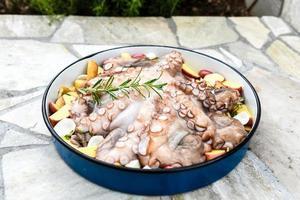 La préparation et la cuisson des poulpes en balkan traditionnel grec med photo
