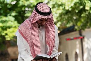 homme musulman priant à la mosquée photo