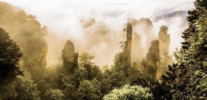 pics de montagne brumeux de zhangjiajie en serpia photo