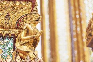 la vue de côté des statues de garuda doré