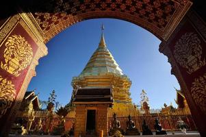 pagode d'or, temple wat prathat doi suthep. photo