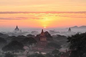 pagode bagan avec le lever du soleil photo