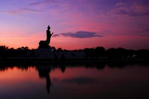 statue de Bouddha au coucher du soleil le soir. photo
