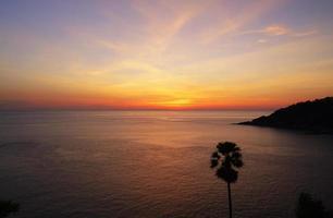 coucher de soleil sur la colline. photo