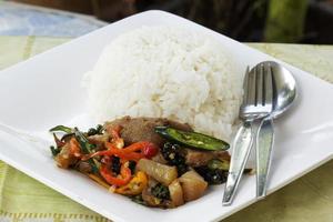 pad krapao kha moo, cuisse de porc épicée sautée photo